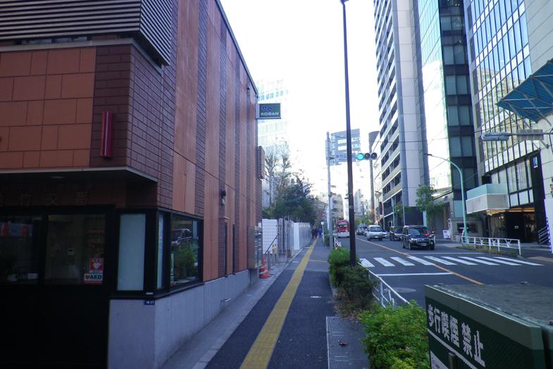 渋谷・表参道サロンへの行き方3 左手に「美竹交番」がございます