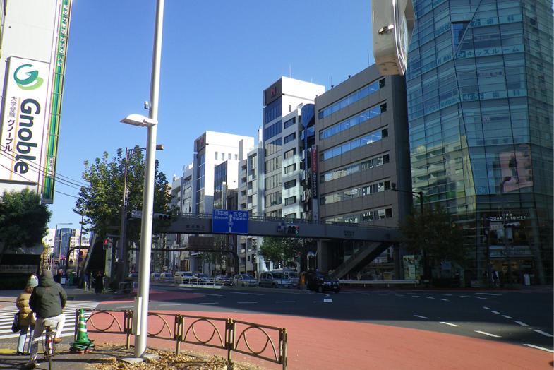 渋谷・表参道サロンへの行き方5 横断歩道を渡っていただき、左手に「匠大塚 青山」があります